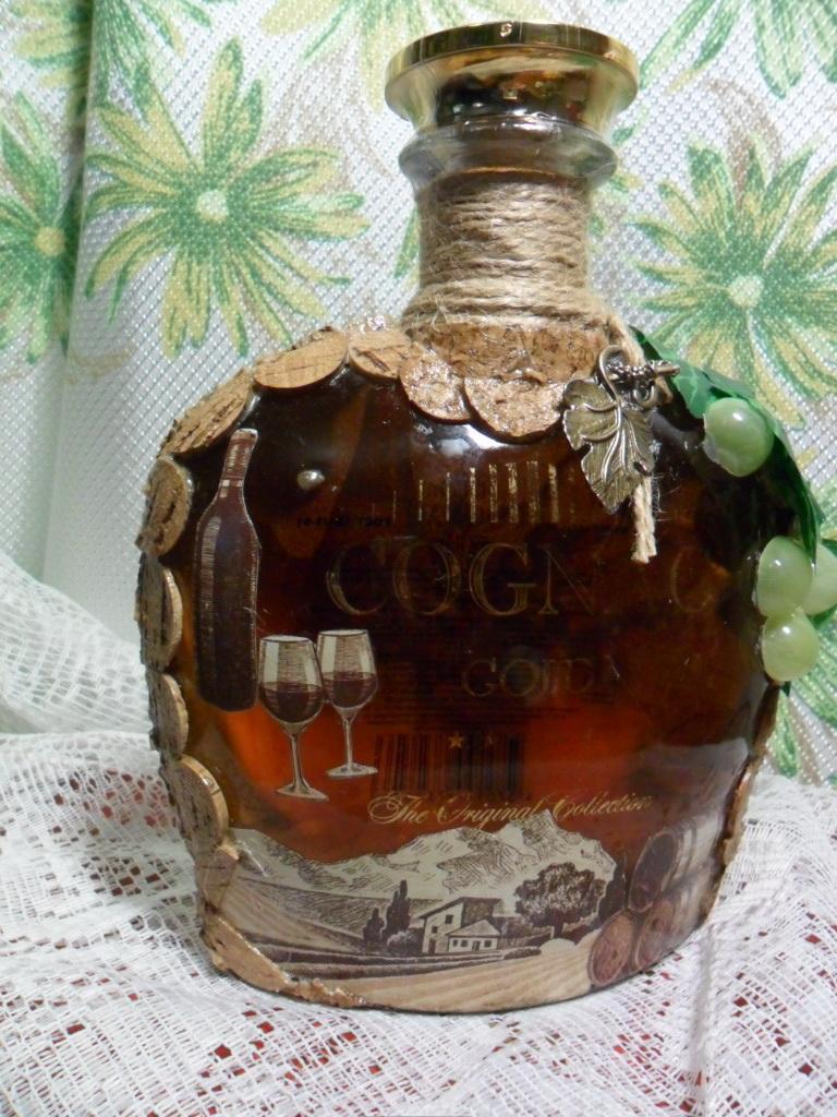 сует бутылку фото